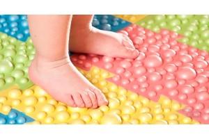 Ортопедическая обувь или коврик: что лучше для профилактики и лечения вальгусной деформации и плоскостопия у детей
